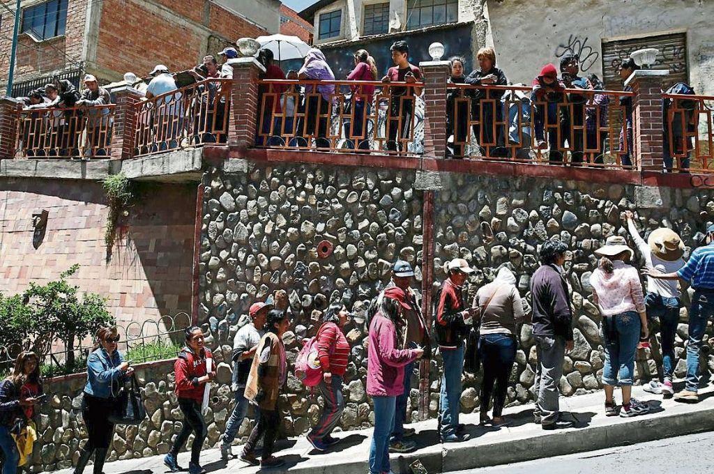 Los bloqueos desabastecen La Paz y provocan largas filas para conseguir productos.      <strong>Foto:</strong> Gentileza