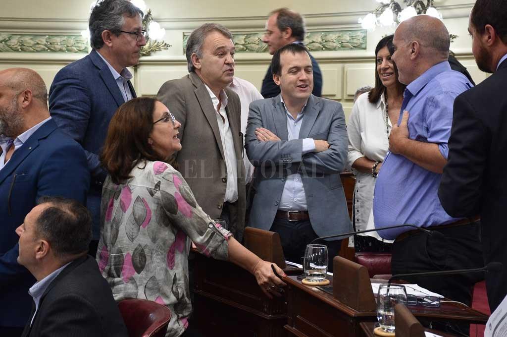 Conversaciones entre legisladores de diversos bloques antes del inicio de la sesión en busca de acuerdos sobre algunos de los proyectos para llevar al debate. <strong>Foto:</strong> Luis Cetraro