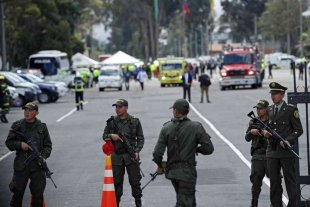 Tres policías mueren al estallar varios explosivos en una comisaría en Colombia