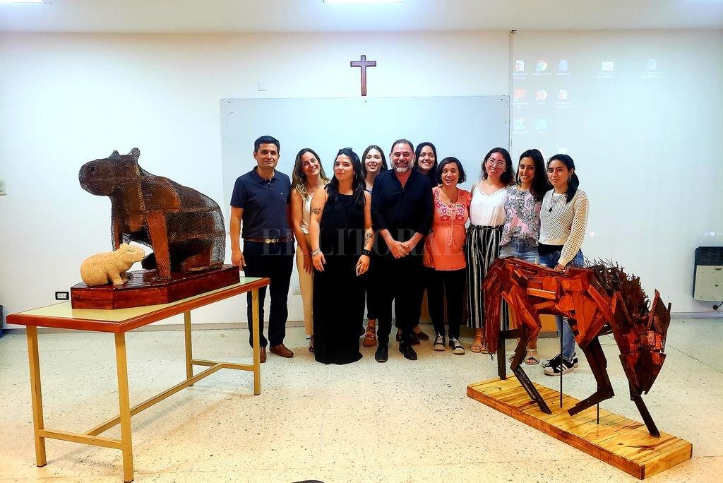 Días atrás, alumnos del profesorado exhibieron sus trabajos escultóricos, con mucho entusiasmo por los logros alcanzados. <strong>Foto:</strong> Gentileza Prensa UCSF