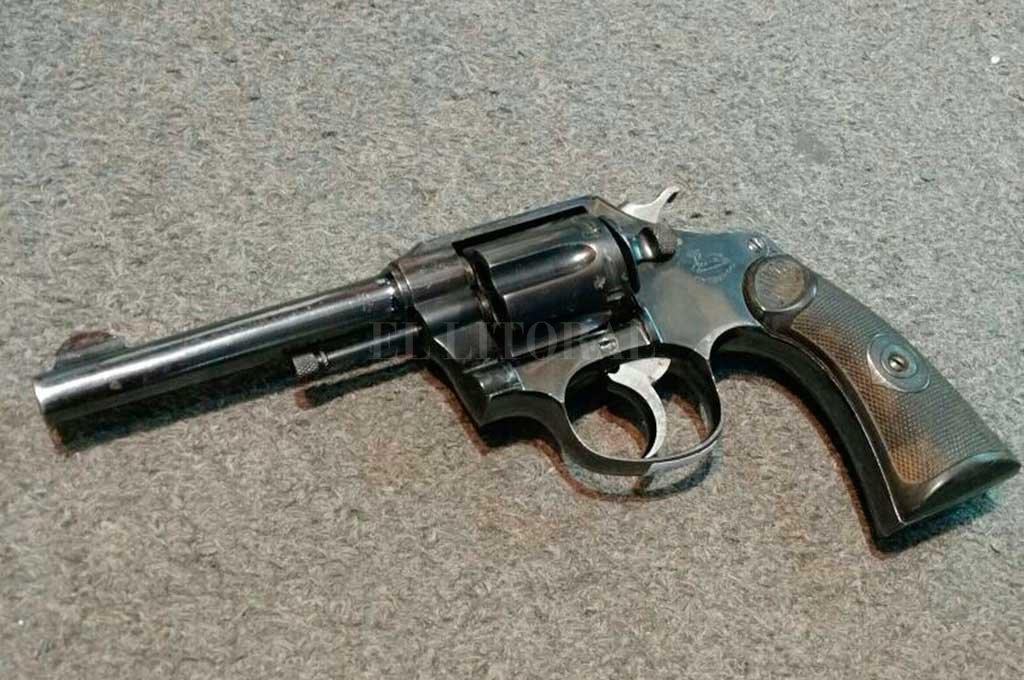 Cuando revisaron su mochila, el chico tenía un revólver calibre 32 adentro. <strong>Foto:</strong> Archivo El Litoral