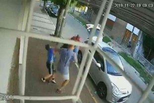 """Un nene defendió a su mamá de los delincuentes """"a las patadas"""""""