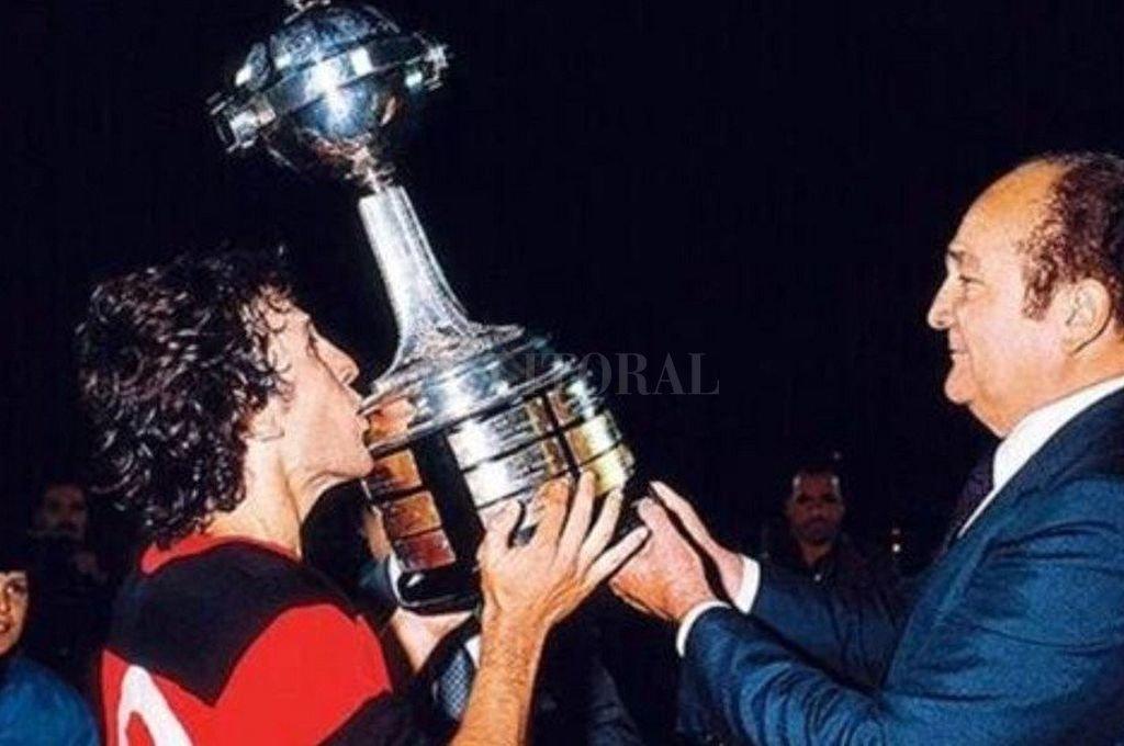 Zico levanta la Libertadores en 1981. Esa era la única vez que Flamengo la había ganado, hasta este sábado ante River. Crédito: Captura digital