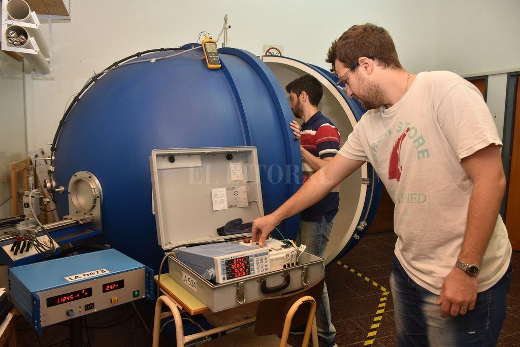 La esfera integradora de Ulbricht, un equipo de importantes dimensiones donde integrantes del laboratorio realizan los ensayos de eficiencia de lámparas led. Crédito: Flavio Raina