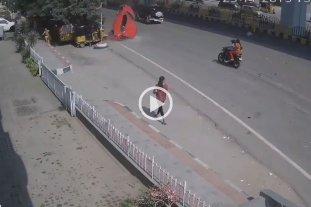 Video: Un auto cayó de un puente hacia una calle y mató a un peatón