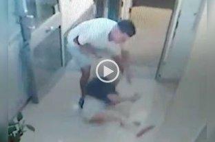 Video: la arrastraron y golpearon para robarle el celular