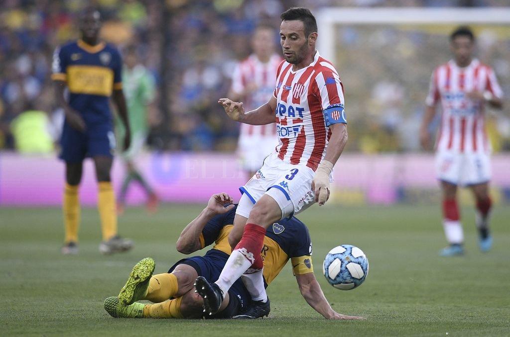 Claudio Corvalán en busca de la pelota. El 'Mugre' peleó todas y es uno de los pocos que se puede salvar del aplazo. Crédito: Matías Nápoli