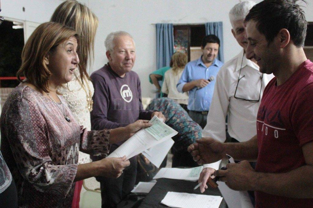 Perioricidad. La intendenta Daniela Qüesta encabeza una de las periódicas entregas del Fondo de Asistencia Educativa (FAE). Los fondos se distribuyen, dice la edil Zamora, pero con pronunciado retraso. <strong>Foto:</strong> Archivo El Litoral