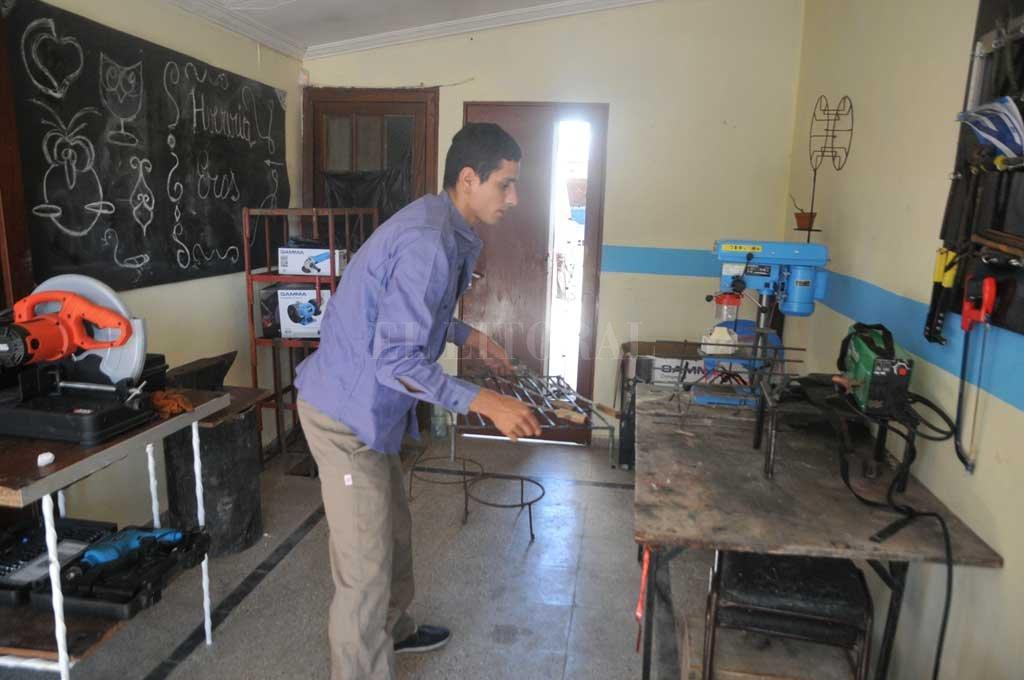 La herrería es uno de los oficios que se enseñan a jóvenes del programa Escuelas de Trabajo. Crédito: Archivo El Litoral / Guillermo Di Salvatore