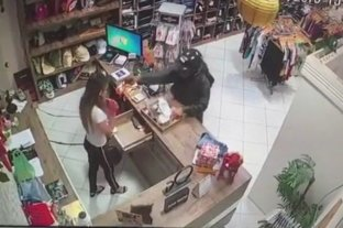 En un confuso episodio, una mujer fue baleada en el rostro en un comercio de Brasil