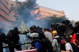 La policía de Hong Kong ingresa a la Universidad Politécnica