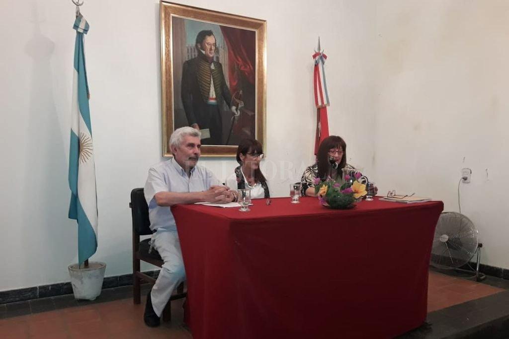 La historiadora fue recibida en sesión privada por los miembros de la Junta y posteriormente dio una conferencia. Crédito: Gentileza JPEH