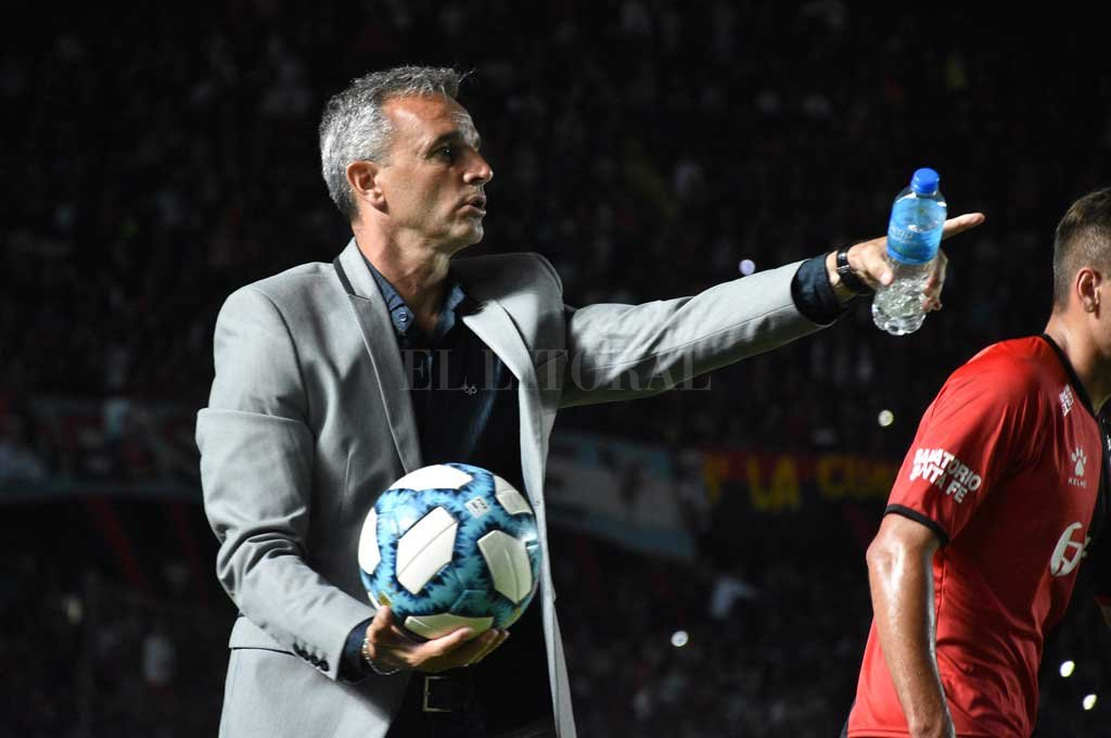 """Pablo Lavallén dice que hay que prestarle más atención a la pelota. """"Me gustaría que el equipo tenga un fútbol más limpio"""", dijo. <strong>Foto:</strong> Manuel Alberto Fabatía"""