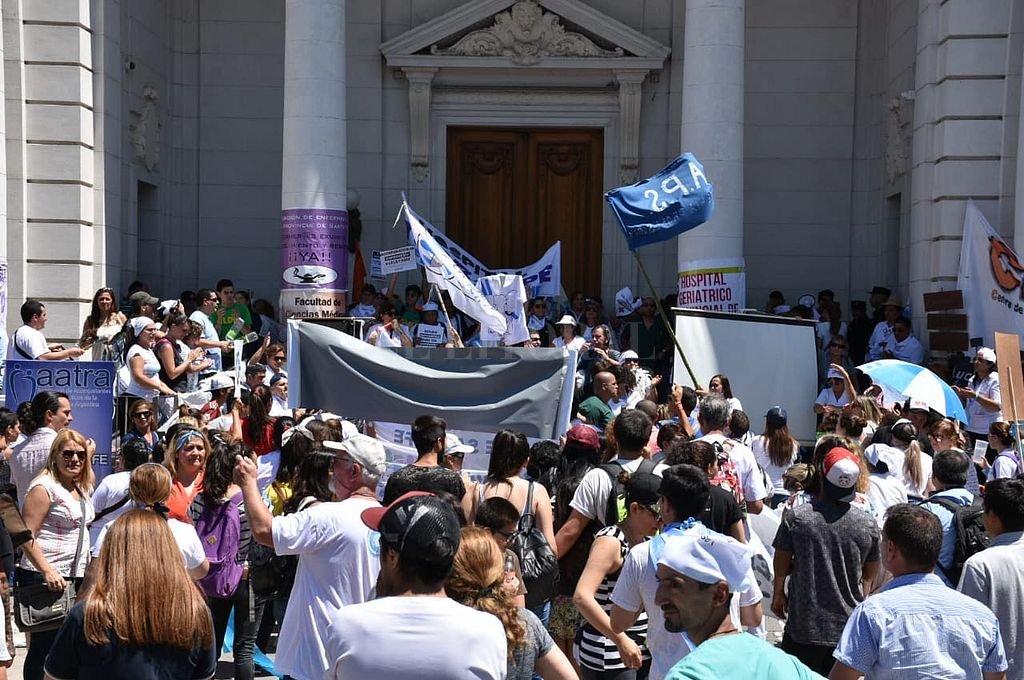 Enfermeros realizaban este jueves una protesta frente a la Legislatura. Crédito: Luis Cetraro