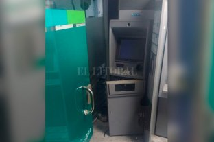 Destrozos en un cajero automático de Banco Bica