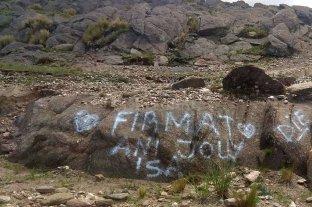 Indignación con santafesinos que grafitearon el Cerro Champaquí