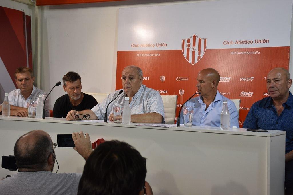 El presidente Luis Spahn, flanqueado por Rafael Pérez del Viso, Fabián Brasca, Edgardo Zin y Jorge Molina en la mesa principal. También hubo otros dirigentes. Crédito: Manuel Fabatía