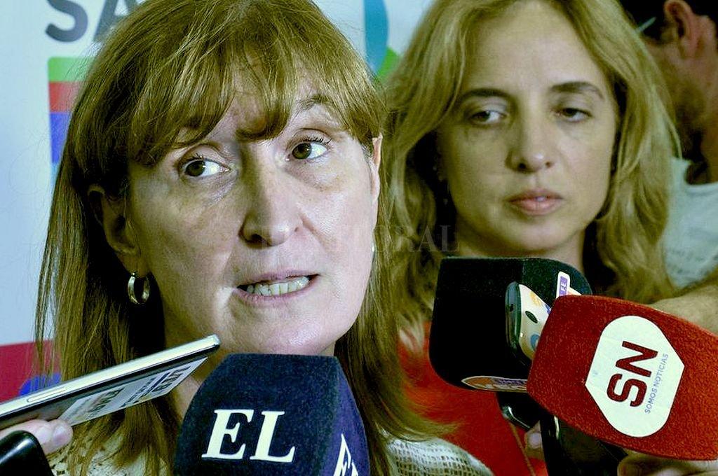 Andrea Uboldi, Ministra de Salud provincial, acompañada por Carolina Cudós, directora provincial de Epidemiología. Crédito: Luis Cetraro