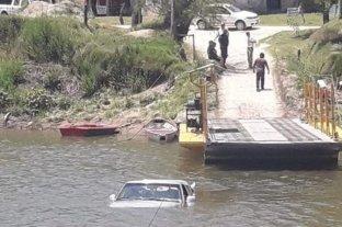 Villa Urquiza: se cayó una camioneta al agua en el cruce de la balsa