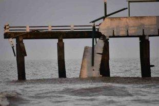 Tres pescadores cayeron al mar al derrumbarse un tramo de un muelle