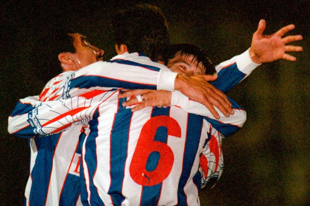 El festejo del 5-0 de 1997 <strong>Foto:</strong> Archivo El Litoral / Guillermo Di Salvatore