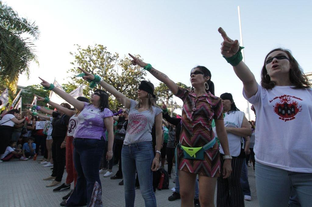 """Frente a Casa de Gobierno se replicó la performance """"Un violador en tu camino"""", nacida en Chile. <strong>Foto:</strong> Pablo Aguirre"""