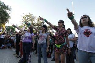 """Masiva marcha contra la violencia de género y enérgico """"himno feminista"""""""