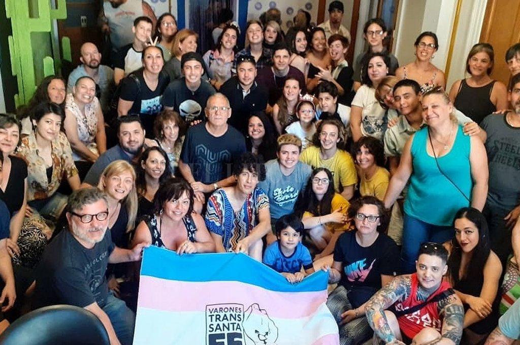 Integrantes del proyecto Género y Familia en el último encuentro del año, junto con el coordinador Andy Panziera, referente de la guía que se presentará el miércoles en Buenos Aires. <strong>Foto:</strong> Gentileza.