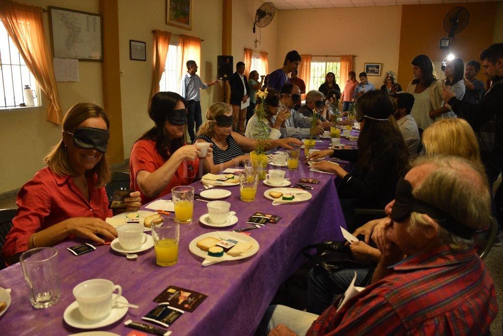 La original invitación convocó a hombres y mujeres de distintas actividades en la vecinal Mariano Comas Crédito: Flavio Raina