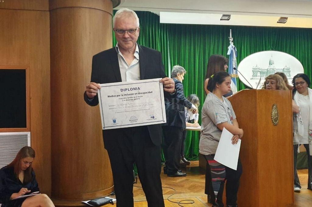 El reconocimiento fue recibido por el presidente de la fundación y secretario general del Sindicato de Luz y Fuerza de Rosario, Alberto Botto. <strong>Foto:</strong> Gentileza