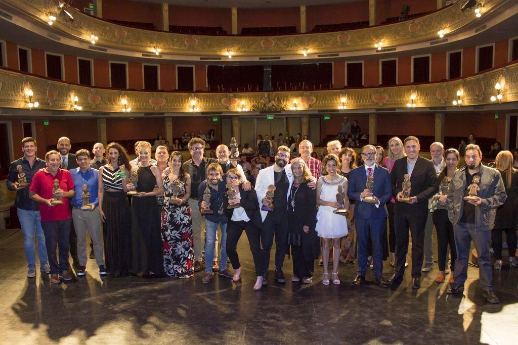 Todos los premiados junto al jurado, en el marco del Teatro Municipal de Santa Fe. <strong>Foto:</strong> Gentileza Pablo Kauffer / Municipalidad de Santa Fe