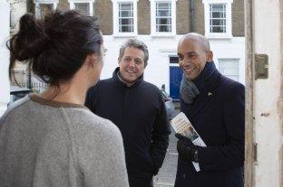 """Hugh Grant en campaña electoral, """"timbrea"""" puerta por puerta en Londres"""
