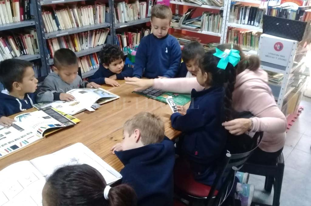 Lectores. Durante el año, la biblioteca es visitada a diario por niños y adultos, quienes llegan en busca de una novela, poesía o libros con información útil para la escuela. Además, brindan talleres de lectura, teatro, ajedrez y cine, —entre otros— tanto para niños como para adultos. <strong>Foto:</strong> Archivo.