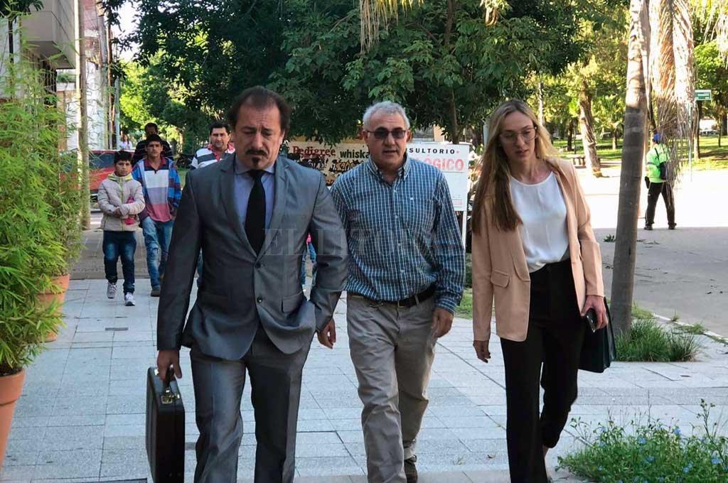 """""""Jamás pensé que podía estar siendo enjuiciado por un delito de este tipo"""", dijo Monzón, en la foto acompañado por su abogado Ricardo Degoumois (izq.). Crédito: Agencia Reconquista"""