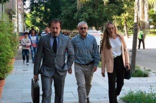 """Fiscalía y querella pidieron penas de   prisión efectiva para el cura Monzón  - """"Jamás pensé que podía estar siendo enjuiciado por un delito de este tipo"""", dijo Monzón, en la foto acompañado por su abogado Ricardo Degoumois (izq.). -"""
