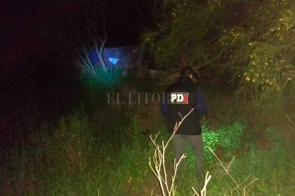 Personal policial inspecciona el descampado donde fue hallado el cuerpo de Candotti Crédito: El Litoral