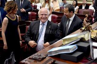 Compromiso de Lifschitz para buscar acuerdos y consensos en Diputados - Miguel Lifschitz juró como diputado por la Patria y el Honor junto a Carlos Del Frade (Frente Social y Popular), Erica Hynes (PS) y Gabriel Real (PDP). -