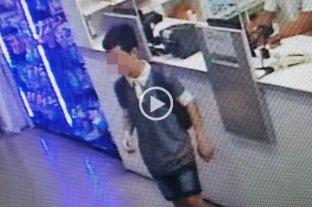 Video: un joven delincuente robó en una farmacia
