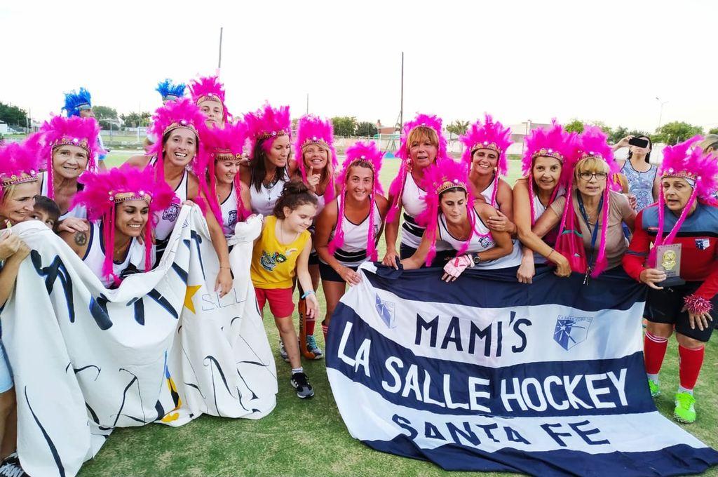 Las mamis de La Salle festejando la obtención del campeonato tras derrotar a El Quillá en una final muy pareja, definida por penales tras empatar 1 a 1.  <strong>Foto:</strong> Gentileza ACESAMH