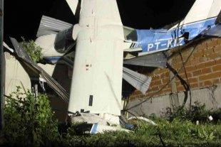 Cayó una avioneta sobre el techo de una casa en San Fernando