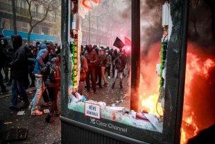 Francia afronta su segundo día de huelga contra la reforma de pensiones de Macron