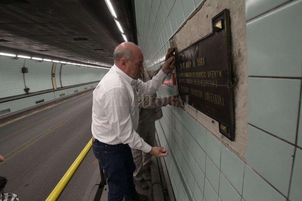 Remoción. La placa se encontraba en el interior del túnel a unos 200 metros del ingreso del lado paranaense, colocada en la pared de la mano que va a Santa Fe. <strong>Foto:</strong> Mauricio Garín