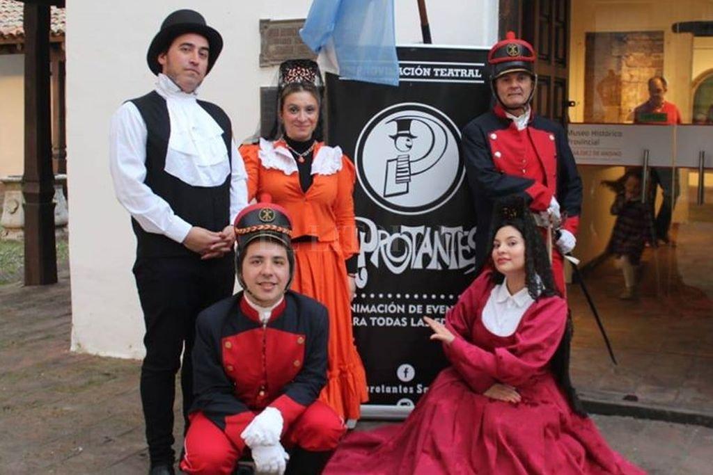 La directora Roxana Piño (al centro) con parte del elenco que se presentará en el nuevo espectáculo. Crédito: Gentileza producción