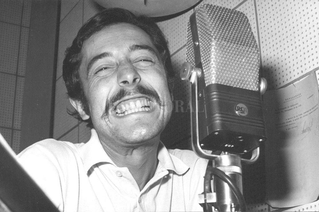 Carlos Peisojovich (El Peiso) frente al micrófono de la radio. <strong>Foto:</strong> Archivo El Litoral