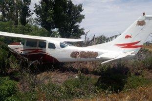 Hallan una avioneta narco abandonada en un campo  - Al momento del hallazgo la avioneta estaba con sus puertas laterales cerradas, sin ocupantes y sin cargamento.