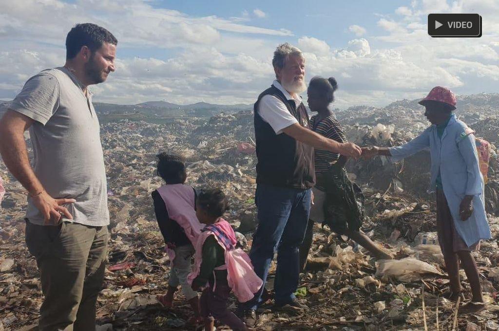 """""""El asistencialismo le rompe la dignidad a la gente"""" - Opeka. En la fotografía, Vigo junto al sacerdote y un grupo de gente a la que ayudan a salir de la pobreza. -"""
