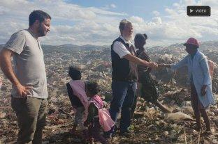 """""""El asistencialismo le rompe la dignidad a la gente"""" - Opeka. En la fotografía, Vigo junto al sacerdote y un grupo de gente a la que ayudan a salir de la pobreza."""