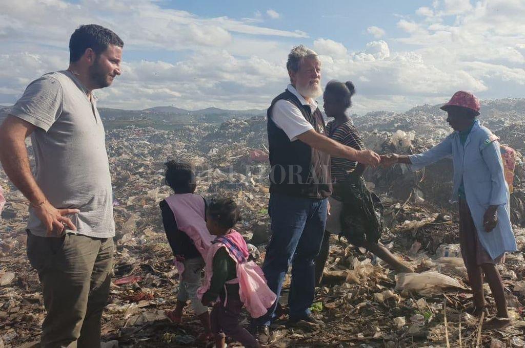 Opeka. En la fotografía, Vigo junto al sacerdote y un grupo de gente a la que ayudan a salir de la pobreza. <strong>Foto:</strong> Gentileza