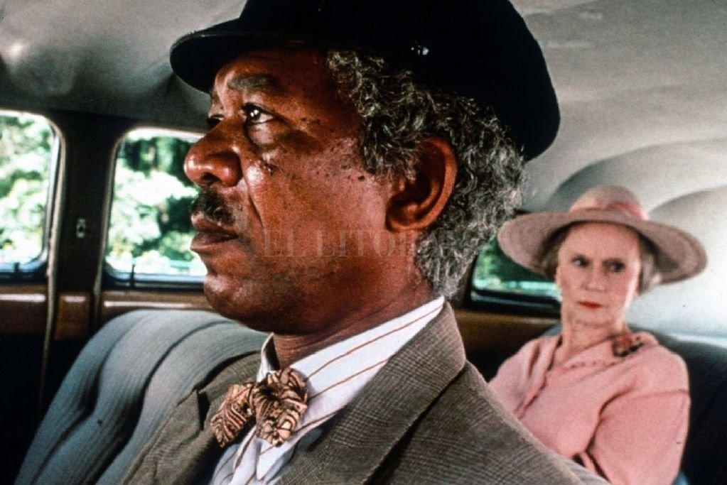 Hoke (Morgan Freeman) no sólo debe trasladar a Miss Daisy en el auto, también debe aprender a lidiar con su particular carácter. <strong>Foto:</strong> Zanuck Company / Warner Bros / Majestic Films International