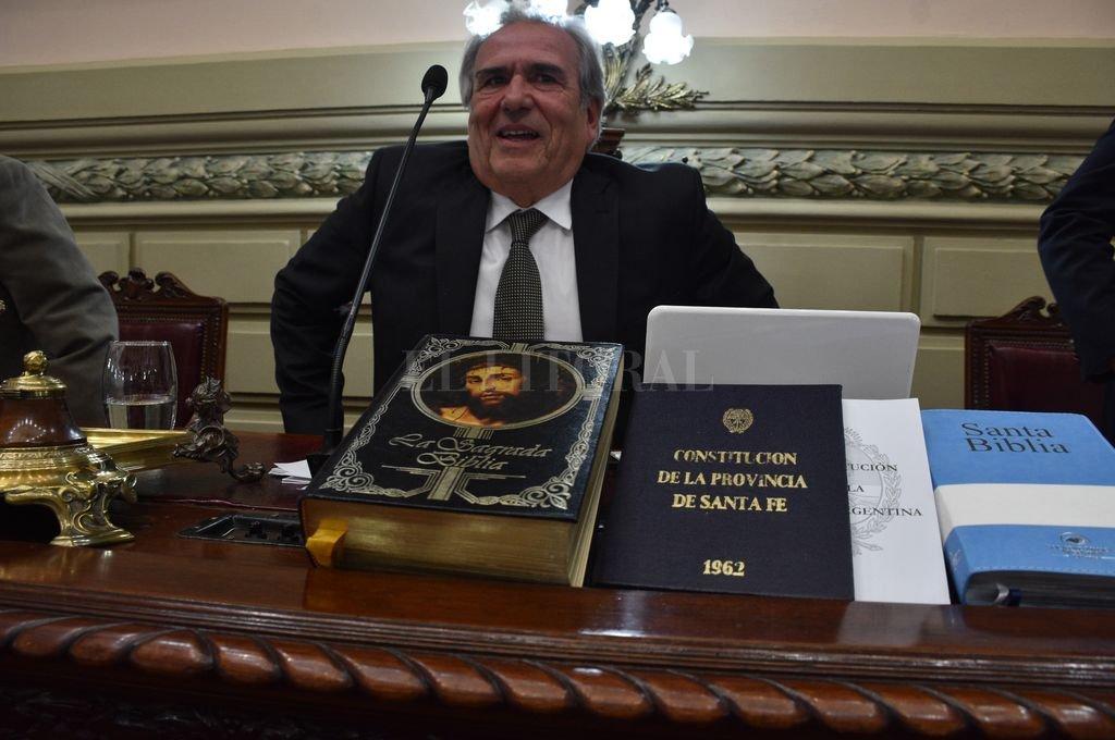 Dos biblias diferentes, la Constitución Nacional y la Constitución Provincial, las opciones para jurar. <strong>Foto:</strong> Guillermo Di Salvatore
